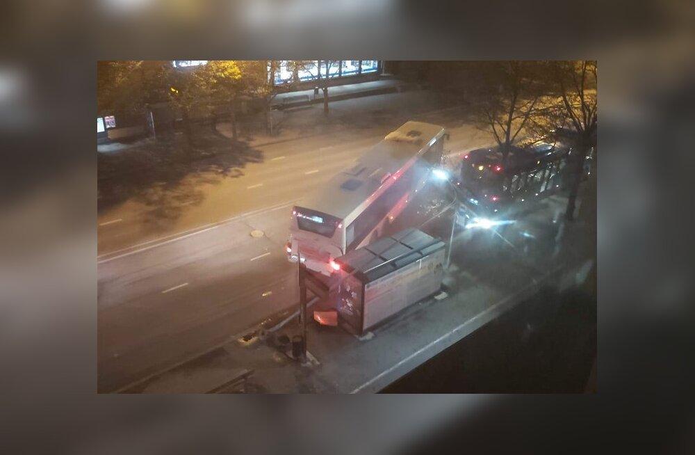 FOTOD | Pärnus sõitis liinibuss tänavavalgustuspostile otsa