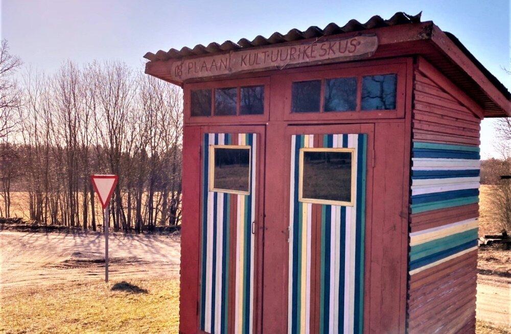 ФОТО: Построенный депутатом Ивари Падаром туалет превратился в бар, где можно бесконтактно выпить в условиях коронавируса