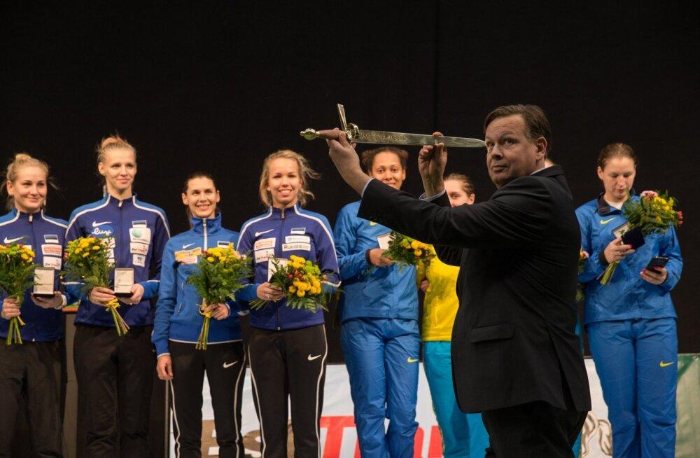 Vehklemisliidu president Margus Hanson ulatab auhinnamõõga Tallinna MK-etapi võitnud Eesti epeenaiskonnale. Ilmselt tegi ta seda ebaseaduslikult.