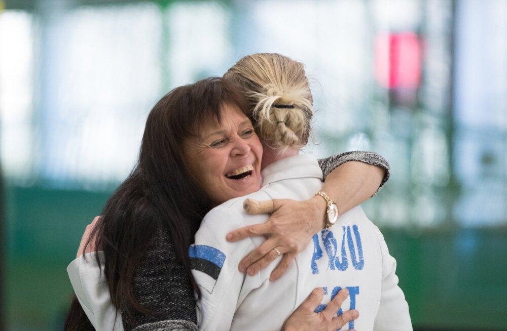 Helen Nelis-Nauskas õnnitlemas õpilast Nelli Differtit Eesti meistritiitli puhul