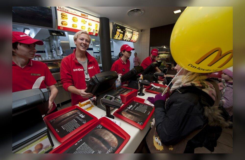 FOTOD: Ženja Fokin sai uue töö - mees on McDonaldsi kassapidaja