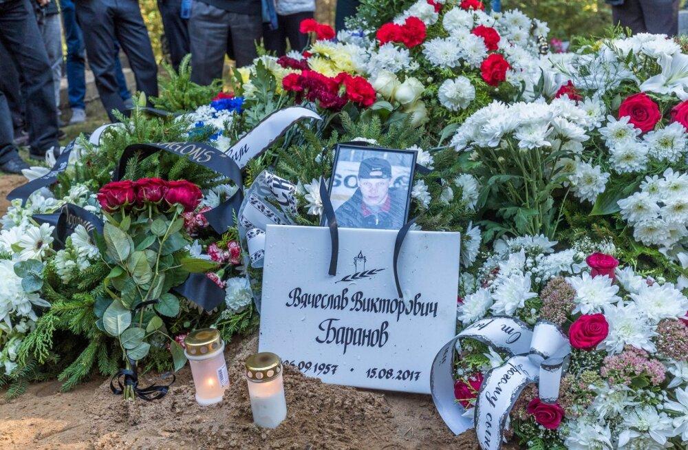 Pärnamäe kalmistul kogunevad hokimehed, et mälestada kummalistel asjaoludel surnud hoki treenerit.