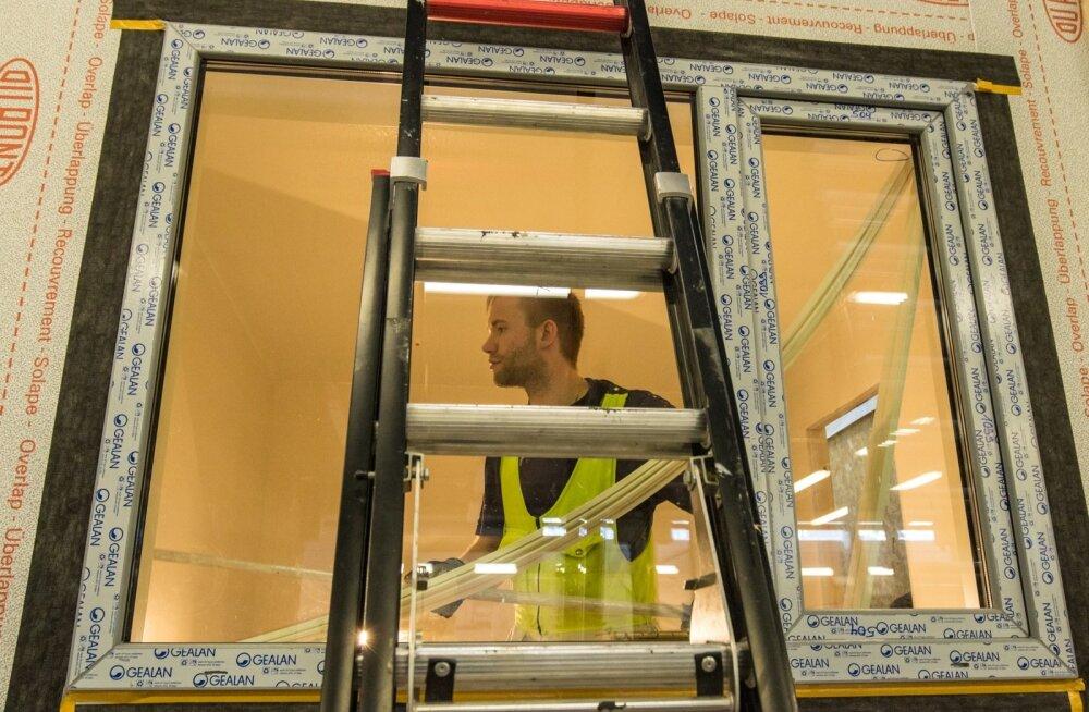 Kodumaja ASi kogemus ütleb, et rootslased hindavad Eesti puitmajameistrite töö kvaliteeti ja kiirust. Ikkagi otsib tehas võimalusi tarbija soosingut senisest rohkem kindlustada