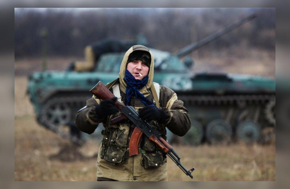 """Боец антиправительственных сил позирует на фоне именной БМП-2 """"Яся"""". Иллюстративное фото"""