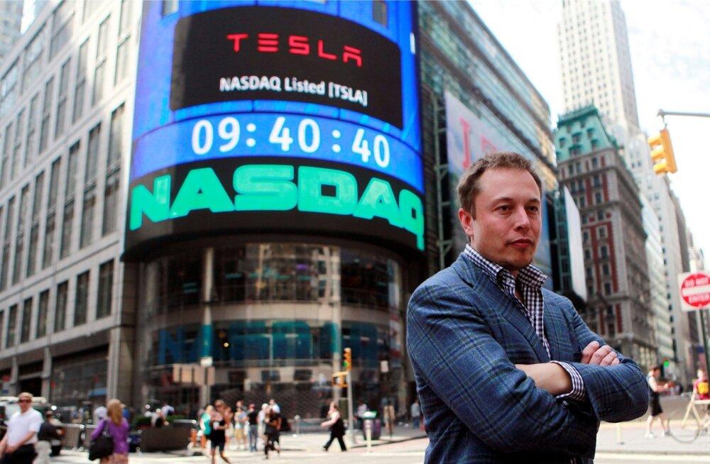 Tesla juht Elon Musk poseeris Nasdaqi ees, kui ettevõte börsile läks.