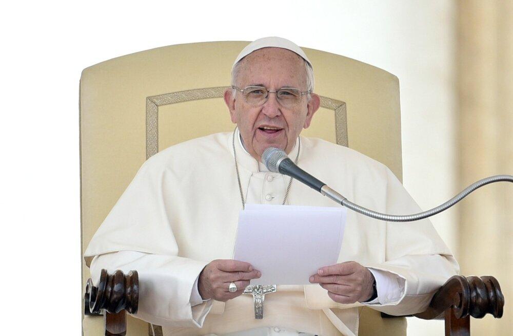 Paavst Franciscus kutsub kirikut üles moodsa pereeluga kohanema, kuid jääb kindlalt abordivastaseks