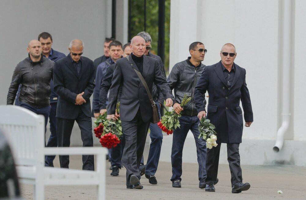 Nikolai Tarankovi parem käsi Vjatšeslav Gulevitš (keskel, punase lillekimbuga) tema matustel.