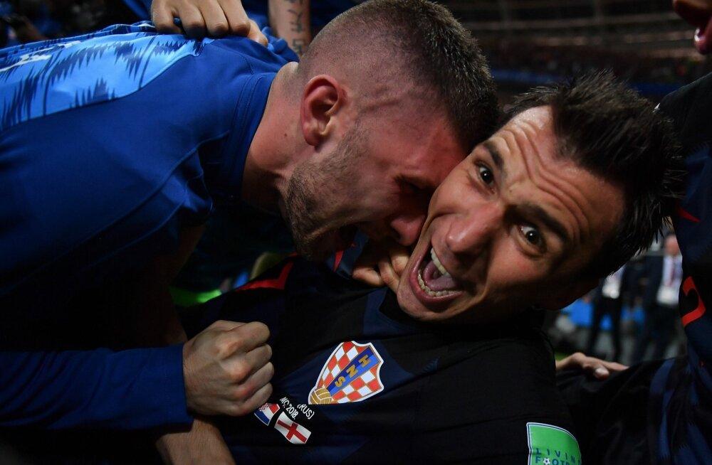 Kõige ehedama kaadri Mario Mandžukići (paremal) võiduvärava tähistusest sai horvaatide külakuhja alla jäänud fotograaf Yuri Cortez.