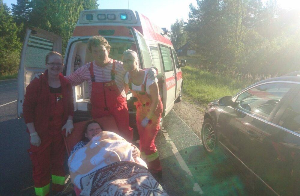 """ФОТО: Последствие закрытия родильного отделения в Валга: скорой пришлось принимать роды прямо в """"поле"""""""
