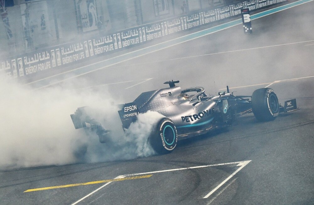 Rehvid suitsema! Maailmameister Lewis Hamiltoni rõõmutants autoga.