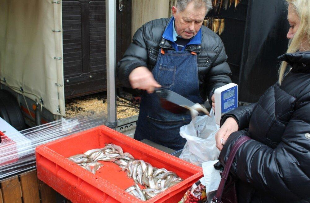 """В Паланге проходит """"Праздник корюшки"""": одна рыбка стоит один евро"""
