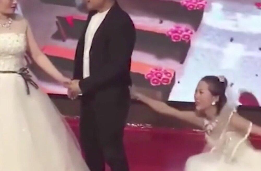 VIDEO | Iga naise kõige kohutavam unenägu: pulma tungis pruutkleidis peigmehe eks