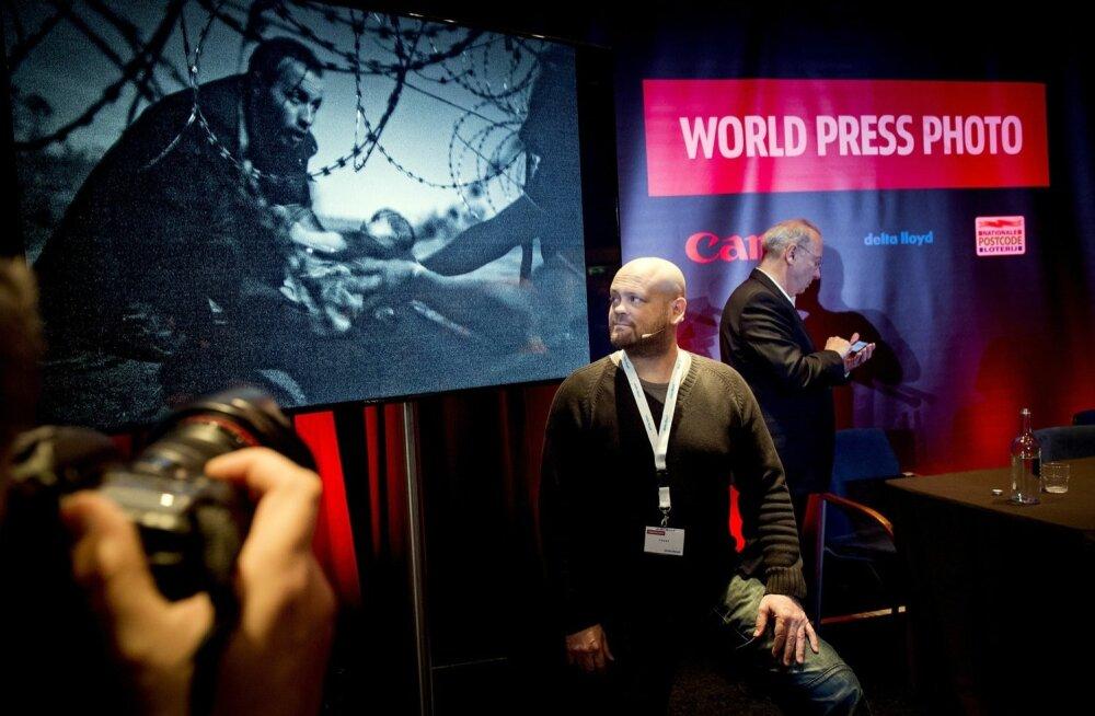 FOTOD: Aasta pressifotol kujutatakse last okastraadi alt edasi andvaid pagulasi