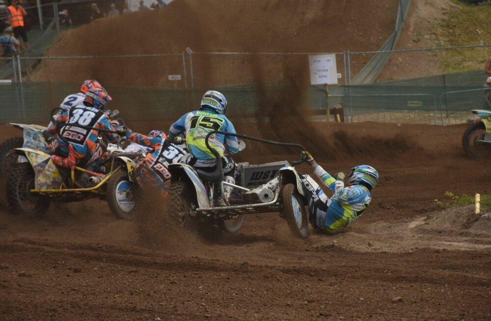Kert Varik ja Lauris Daiders üritavad sisekurvis konkurentidest mööduda.