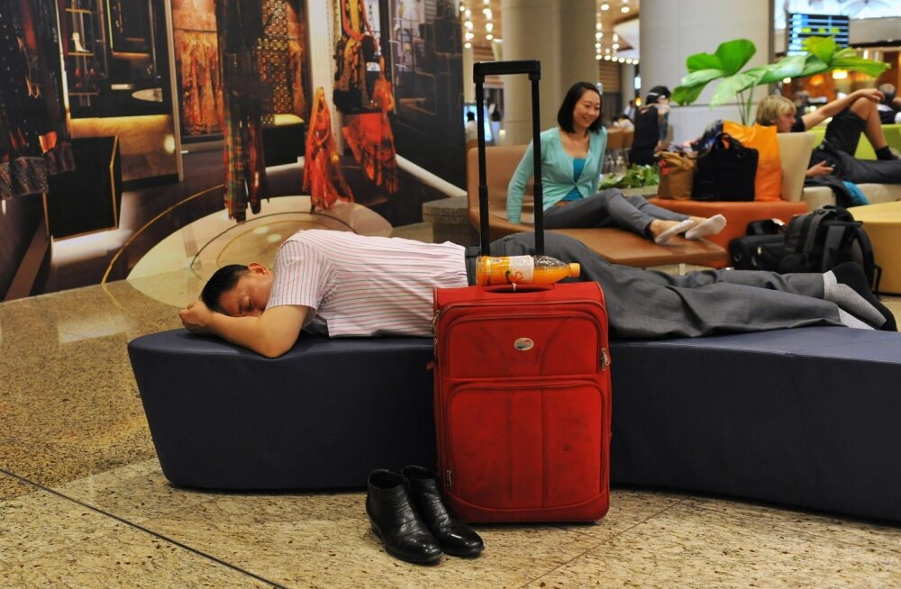 reisijad magavad Mumbai lennujaamas