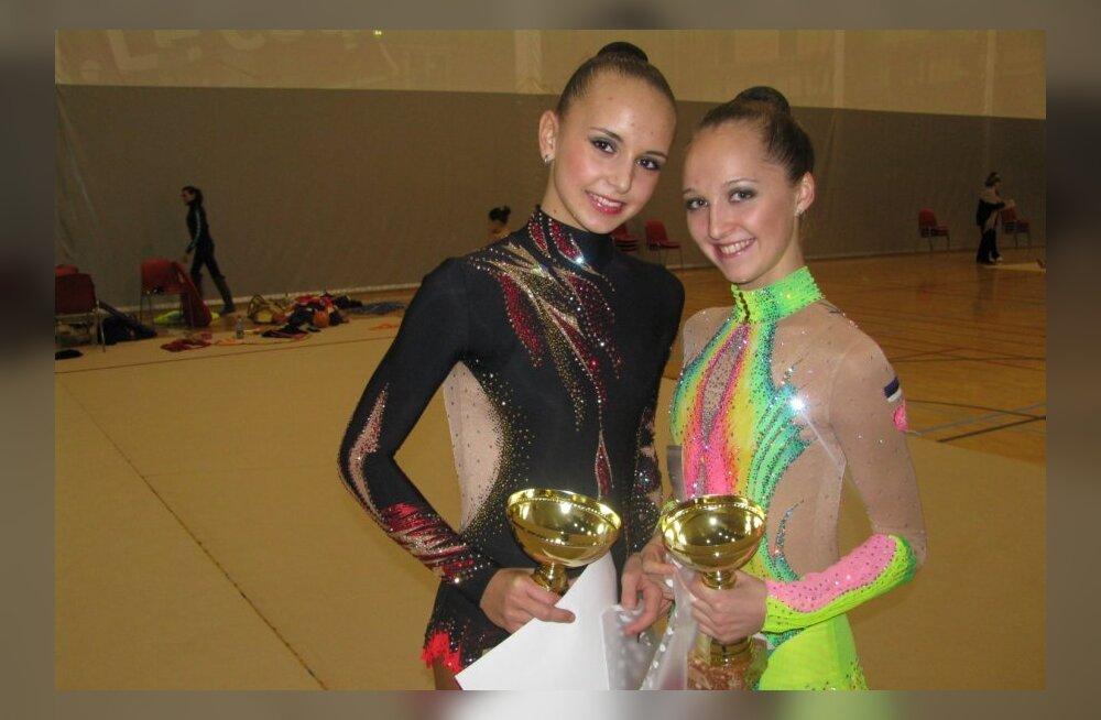 Meistriklassi  karikavõitja Viktoria Bogdanova (paremal) ja juunioride võitja Karina Jerõgina