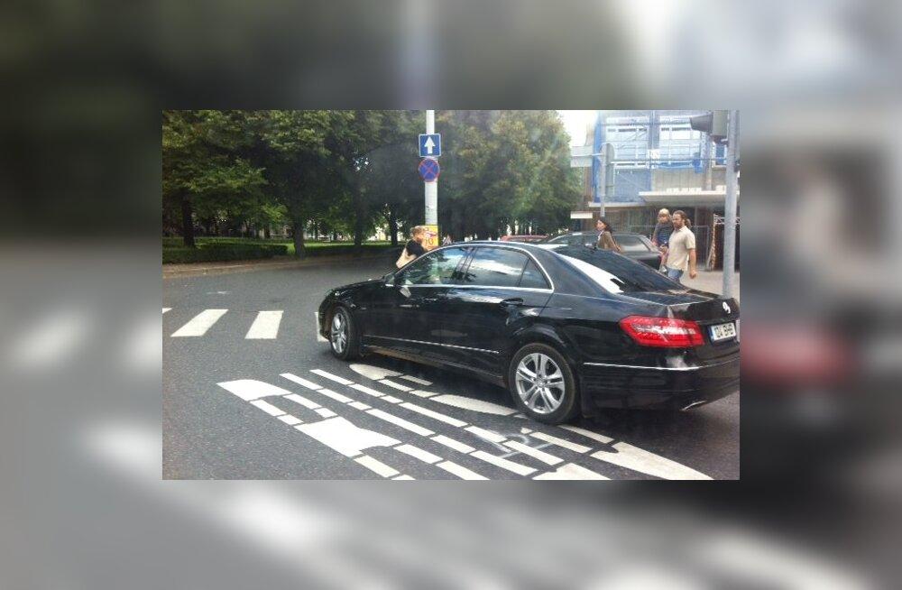 FOTOD: Savisaar eirab omaenda reegleid? Tallinna linnapea auto sõitis bussirajal.