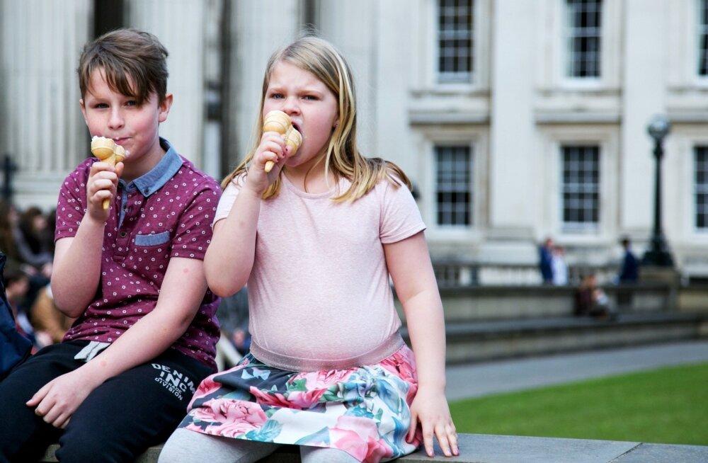 Sageli on kurja juureks vanavanemad, kes tassivad lastelastele head-paremat ja kõik ära süüa käsivad – sest toitu ei tohi ju järele jätta.