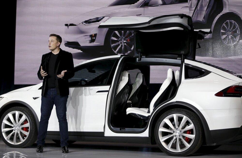 Tesla Motorsi juhatuse esimees Elon Musk Model Xi tutvustamas.