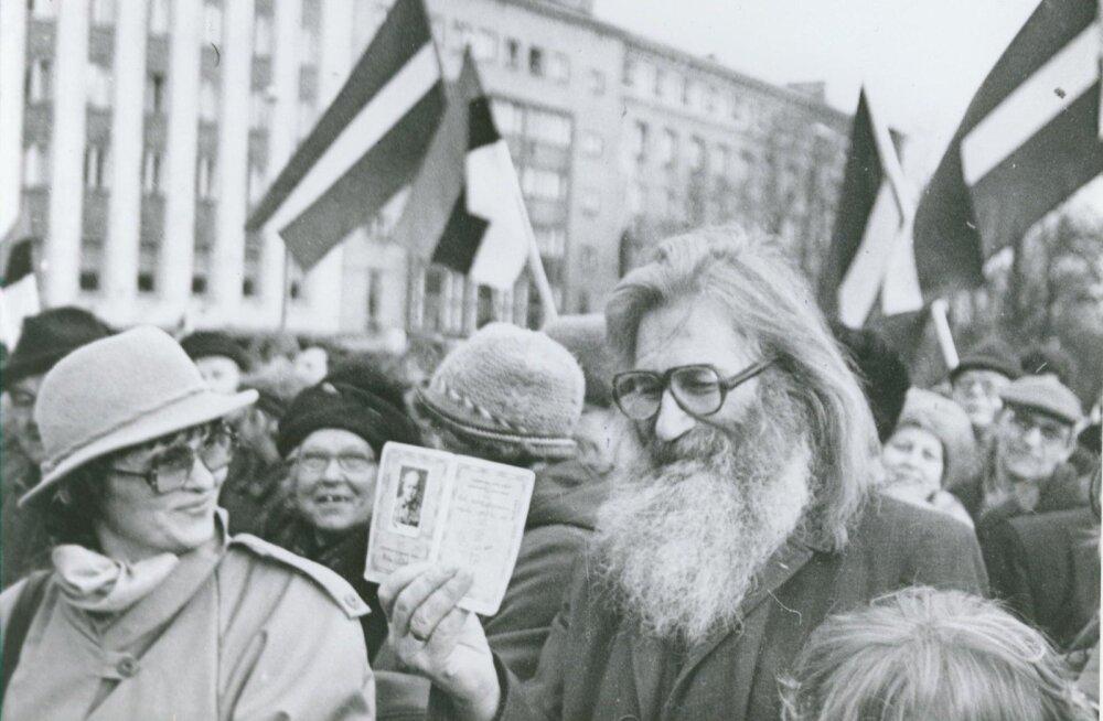 """""""Minul on alles Eesti Vabariigi pass!"""", Vabaduse väljakul 1991. Foto: Artur Rätsep"""