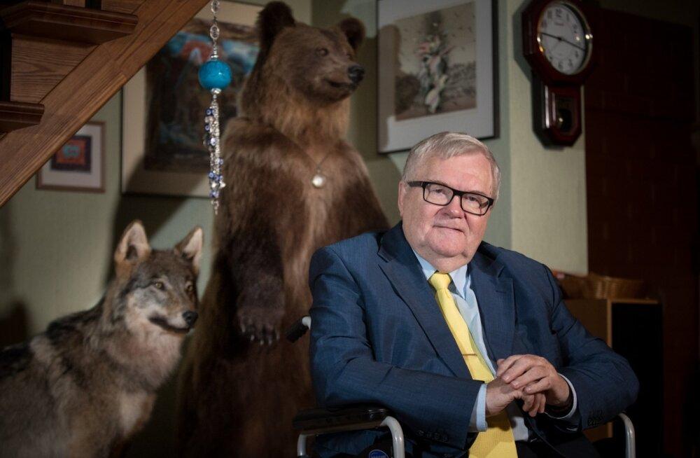 Karu Kati ja Hunt Hugo valvavad peremehe tegemisi. Hunditopise kinkis Edgarile aastaid tagasi lähedane võitluskaaslane Siret Kotka.