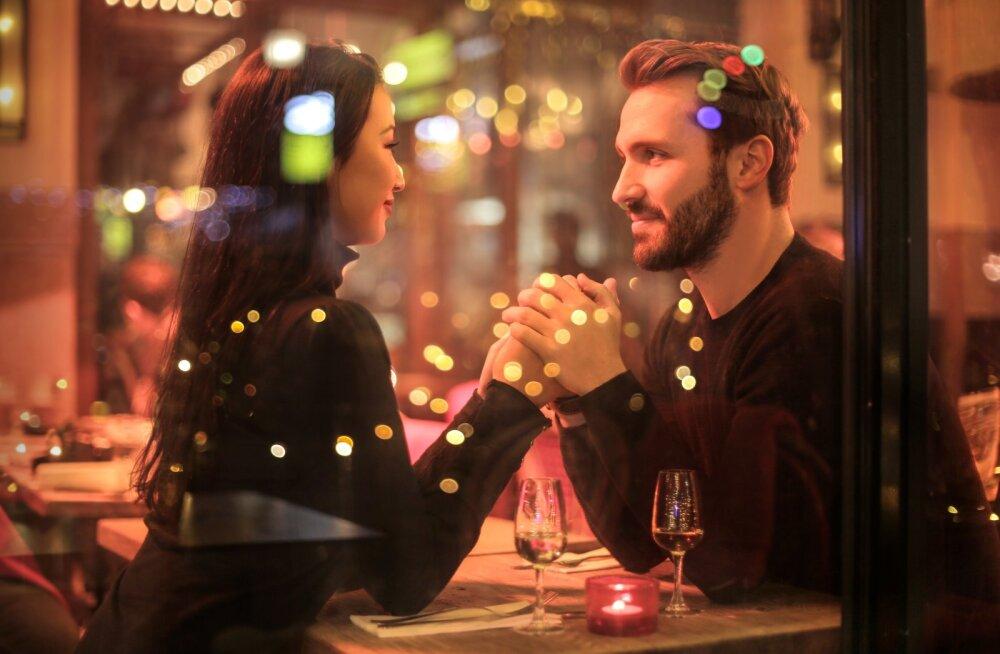 Фаббинг: как на свидании отвлечь мужчину от смартфона