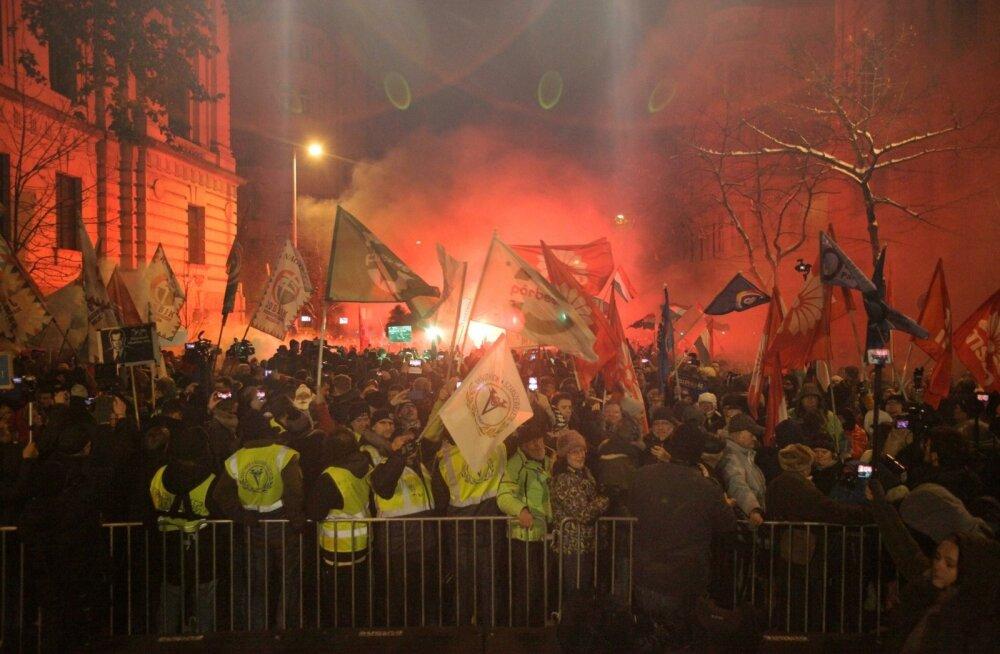 Tuhanded eri tausta ja meelsusega meeleavaldajad Budapestis parlamendihoone ees. Meeleavaldused on levinud teistessegi Ungari linnadesse.