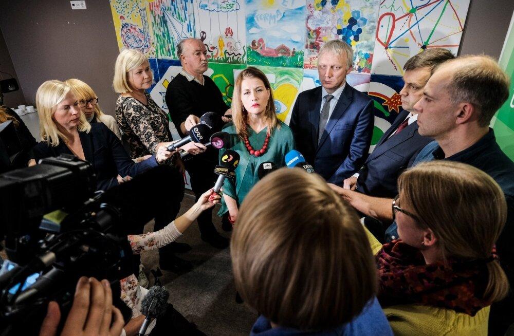 Eile tunnistasid ettevõtlusminister Liisa Oviir (keskel rohelises), EAS-i nõukogu esimees Erki Mölder (Oviirist paremal) ja EAS-i juht Hanno Tomberg (Mölderi kõrval), et EAS on vigu teinud