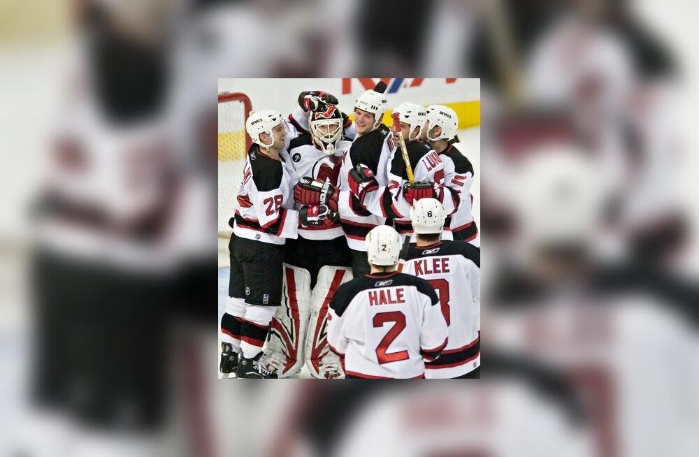 New Jersey Devilsi mängijad õnnitlevad Martin Brodeuri, kes tõrjus kõik kolm Ottawa karistusviset