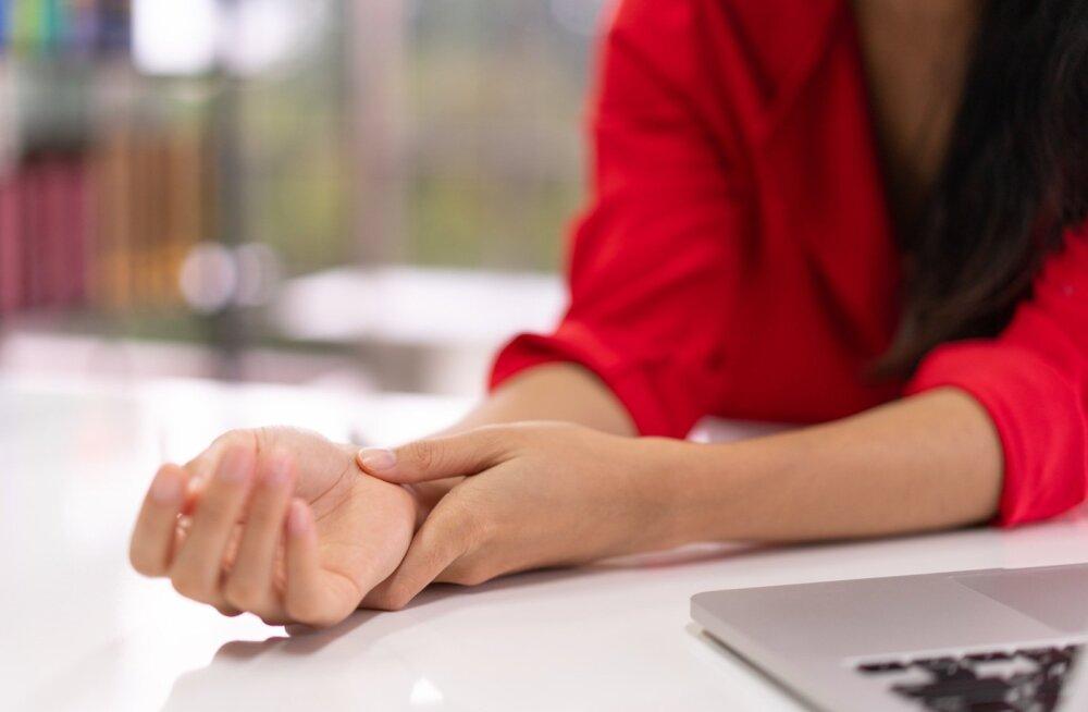Arvutiga töötajail on käsi kogu päeva sundasendis. See põhjustabki käe valulikkust ja kangust.