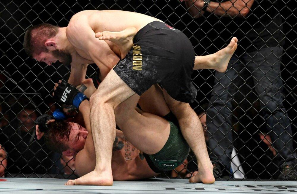 Khabib Nurmagomedov (üleval) alistas Conor McGregori.
