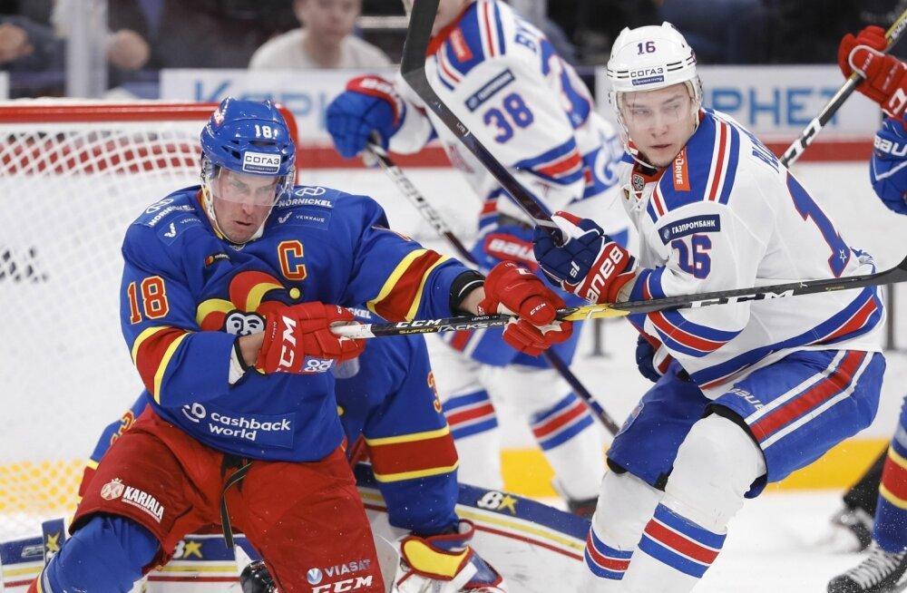 Helsingi Jokerit (sinises) ajab läbi väiksema eelarvega kui Pereburi SKA. Nende omavahelised heitlused kuuluvad aga KHL-i maiuspalade hulka.