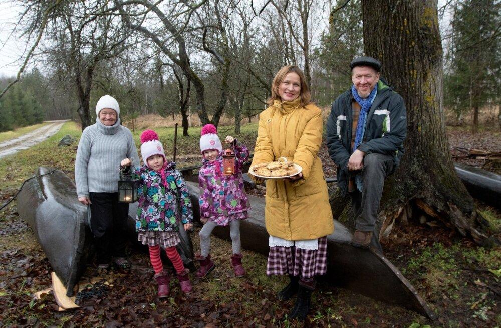 Jõuluootus Saarisool. Aivar Ruukel koos abikaasa Ljudmilaga, lapsed Luule (vasakul) ja Lille ning Aivari ema Koidu. Pildile on jäänud ka mõned isetehtud kanuud.