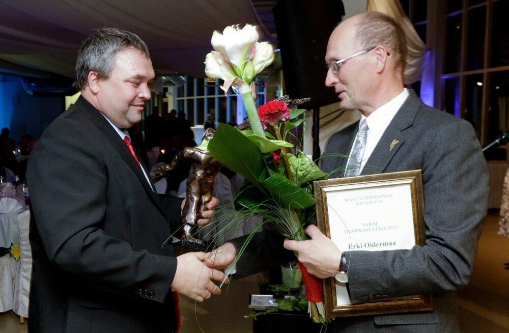 Eesti Põllumeeste Keskliidu 25. aastapäeval andis Erki Oidermaale (vasakul) aasta parima taimekasvataja auhinna üle MESi juhatuse esimees Raul Rosenberg.