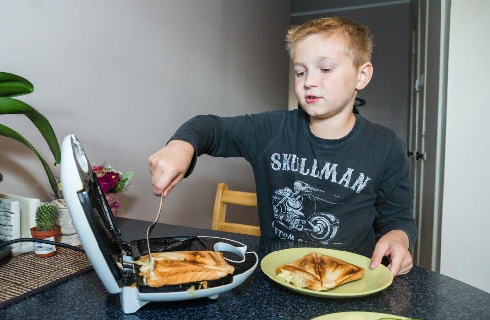 Hardo (9) saab endale lihtsamate toitude valmistamisega ise hakkama.