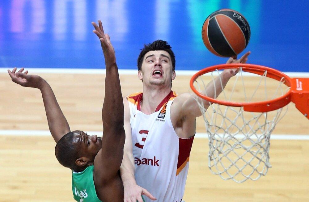 Emir Preldžic upitab Galatasaray särgis palli korvi