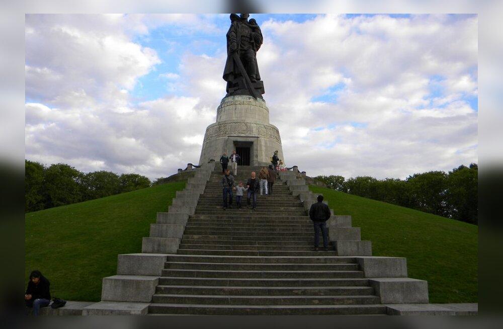 ФОТО читателя Delfi: Посмотрите, в каком идеальном состоянии немцы сохраняют памятник Воину-освободителю