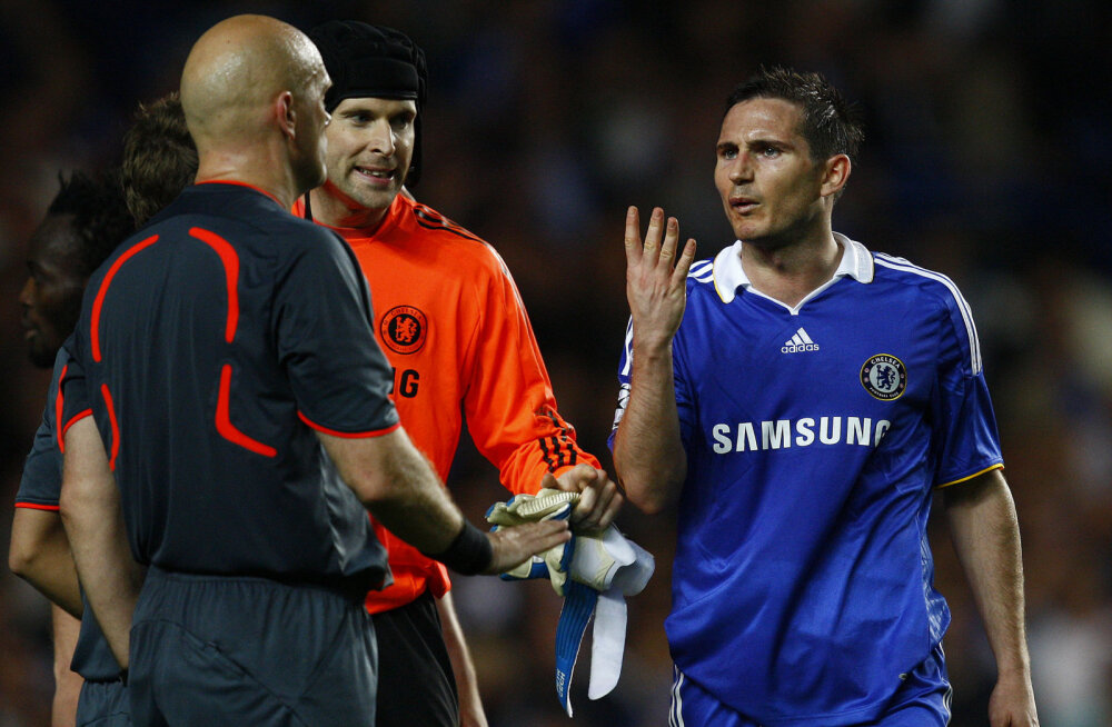 Frank Lampard näitab Ovrebole, et see oli neljas penalti, mis jäeti andmata