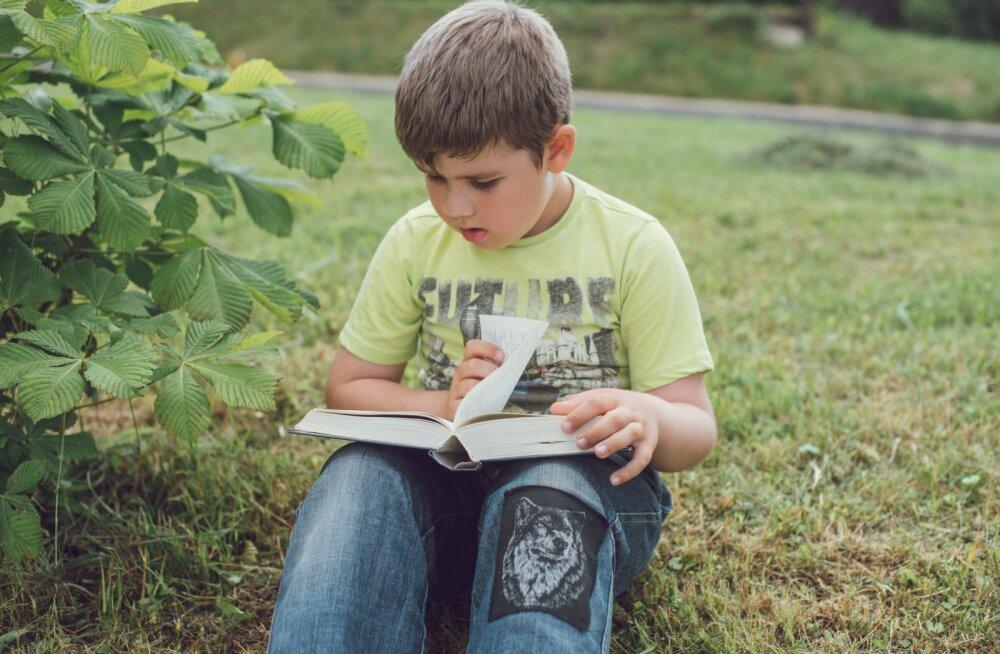 Отец поделился лайфхаком, благодаря которому его сын за год прочитал 120 книг. Некоторых возмутил такой метод