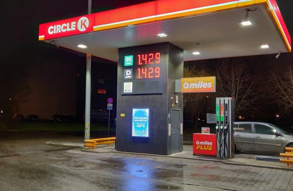 ФОТО | Цены на топливо вновь сделали скачок и повторили рекорд года