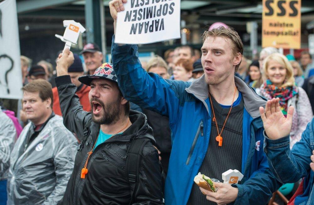 Soomlased kogunesidprotestima valitsuse kulukärpeplaanide vastu.