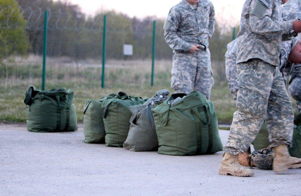 USA sõdurid harjutasid langevarju hüppeid Ämaris