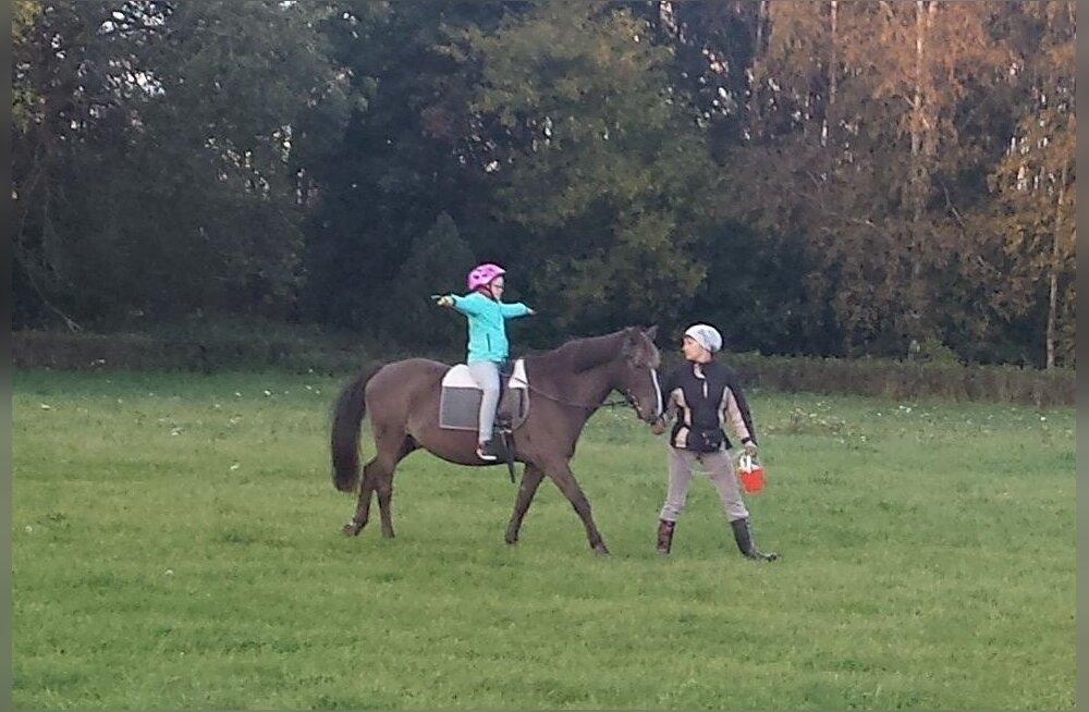 Downi sündroomiga tüdruk saab annetajate toel käia ratsutamisteraapias
