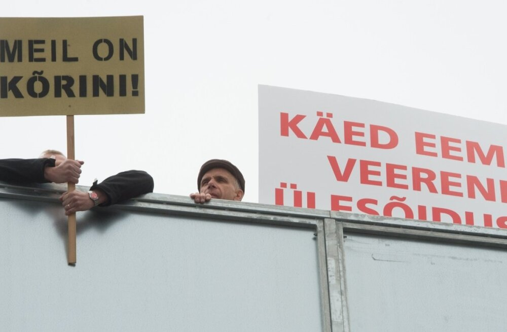 Luite asumi elanikud protestivad Veerenni tänava ülesõidu sulgemise vastu.