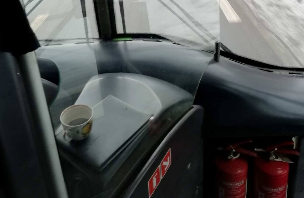 ФОТО | Читатель возмущен: пассажирам в троллейбус с кофе нельзя, а водитель пьет его прямо за рулем!