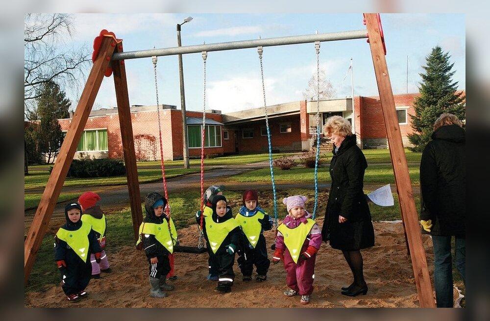 Kehtna lasteaia Siller mudilased proovivad uut kiike. Foto: Piret Linnamägi