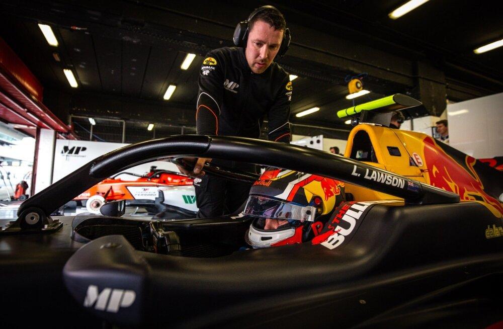 MP Motorspordi F3 tiimi peamehaaniku hooldada on teiste seas Red Bulli noortetiimi kasvandiku Liam Lawsoni masin.