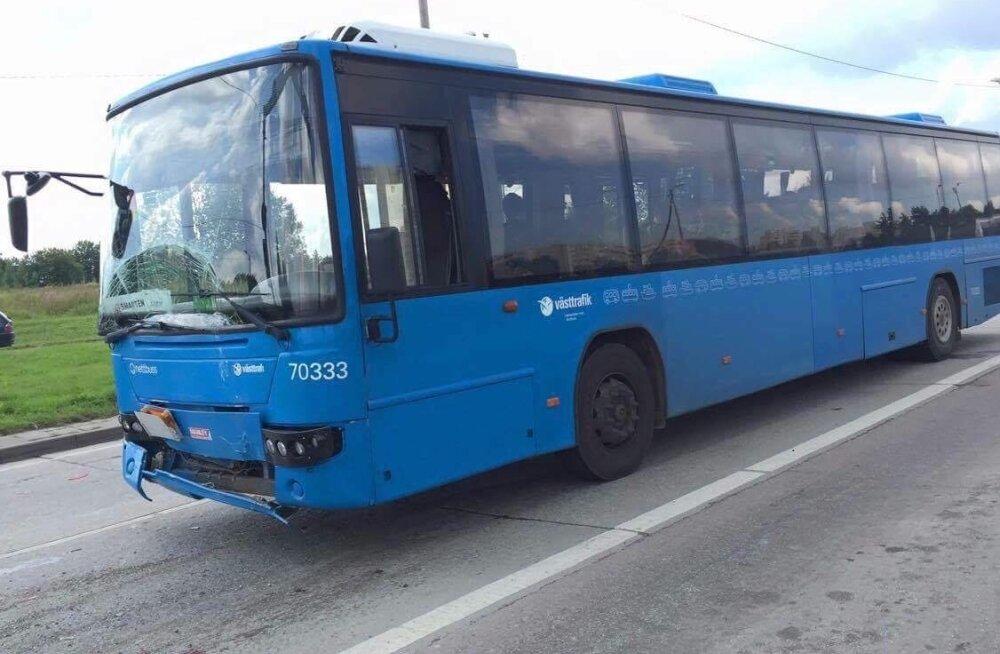 Sõiduautole tagant sisse sõitnud bussi vigastused pole suured.