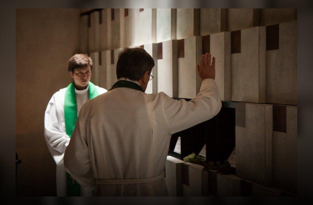 Kirik võtab lähedasteta kristlaste tuhaurnid oma hoole alla