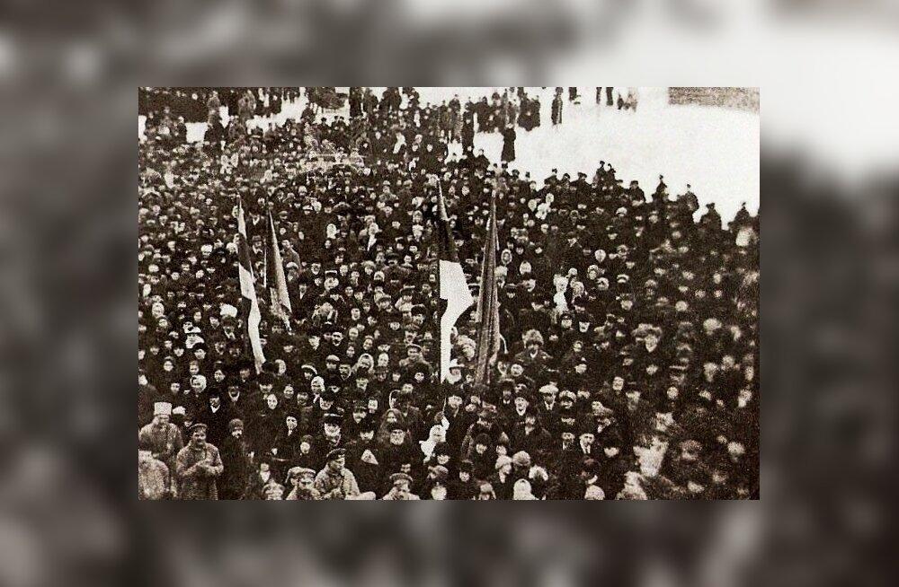 Rahvahulk, kes kuulas 23. veebruaril Pärnus Endla rõdult etteloetavat Eesti Vabariigi iseseisvus-manifesti. Järgmistel päevadel loeti see ette ka teistes Eesti linnades.